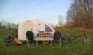 """Aufgebaut bietet der Wohnwagen-Fahrradanhänger """"Wide Path Camper"""" alles, was ein Radurlauber so braucht."""