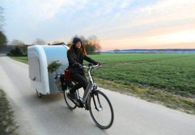 """Der Wohnwagen-Fahrradanhänger """"Wide Path Camper"""" in Voller Fahrt."""